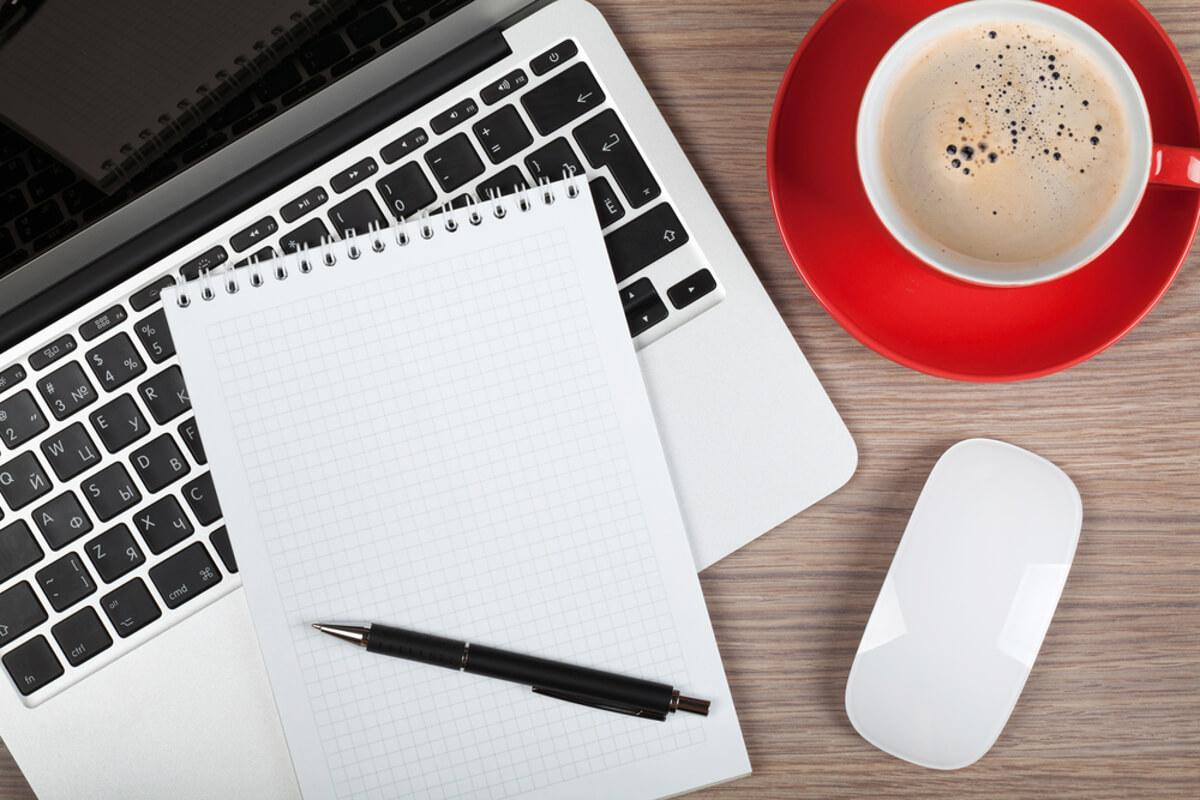 laptop schrijfblok koffie