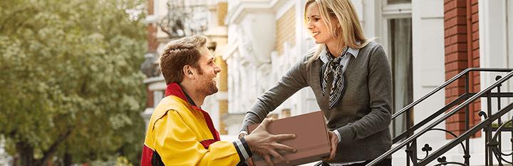 DHL bezorger levert pakket