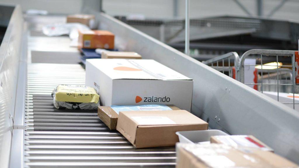 pakketjes in het sorteercentrum